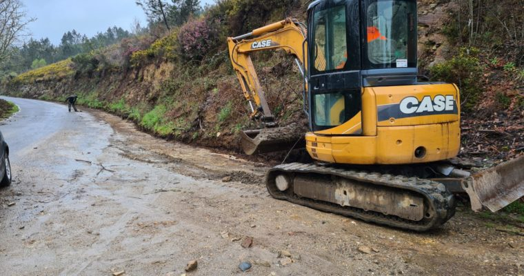 Traballos para rematar de asfaltar a estrada Prado-Rebordechao